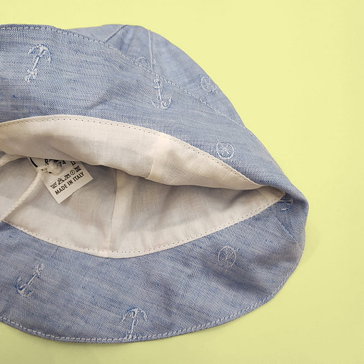Cappellino con ricamo ancorette
